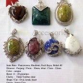 Liontin Batu Natural Impor L1 Rp.800.000/Kodi (20 buah) Spesifikasi: Jenis Batu : Pancawarna, Rhodonit, Fosil Kayu, Biduri dll Dimensi : Panjang: 25mm - 30mm, lebar: 17mm - 22mm Color: campur Berat: 11 - 20 gram/pcs Clarity : Tidak Tembus sinar Shape / Cut : Oval, kotak, heart Origin : Impor Cina Treatment : Natural Jenis Ikatan: Rhodium Jumlah : 5 - 7 model/kodi Note: Keaslian batu sudah diuji melalui metode penyinaran (senter), Api/Bakar dan Diamond Selector