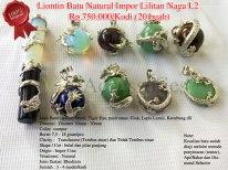 Liontin Batu Natural Impor Lilitan Naga L2 Rp.750.000/Kodi (20 buah) Spesifikasi: Jenis Batu : Biduri Sepag, Tiger Eye, pasir emas, Giok, Lapis Lazuli, Kecubung dll Dimensi : Diamter 10mm - 20mm Color: campur Berat: 7,5 - 18 gram/pcs Clarity : Translucent (Tembus sinar) dan Tidak Tembus sinar Shape / Cut : bulat dan pilar panjang Origin : Impor Cina Treatment : Natural Jenis Ikatan: Rhodium Note: Keaslian batu sudah diuji melalui metode penyinaran (senter), Api/Bakar dan Diamond Selector
