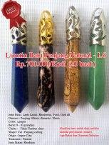 Liontin Batu Panjang Natural - L6 Rp.700.000/kodi (20 buah) Spesifikasi: Jenis Batu : Lapis Lazuli, Rhodonite, Fosil, Giok dll Dimensi : Panjang: 60mm diameter: 10mm Color: campur Berat: 9 - 10 gram/pcs Clarity : Tidak Tembus sinar Shape / Cut : Panjang cutting Origin : Impor Cina Treatment : Natural Jenis Ikatan: Rhodium Note: Keaslian batu sudah diuji melalui metode penyinaran (senter), Api/Bakar dan Diamond Selector